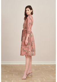 Marie Zélie - Sukienka Aglaia Gama różowa. Typ kołnierza: kołnierzyk stójkowy. Kolor: różowy. Materiał: elastan, materiał, bawełna. Wzór: kwiaty