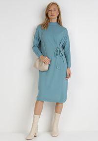 Born2be - Niebieska Sukienka Galeope. Okazja: na co dzień. Kolor: niebieski. Materiał: dzianina. Długość rękawa: długi rękaw. Wzór: jednolity. Typ sukienki: proste. Styl: klasyczny, casual. Długość: midi