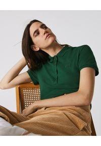 Lacoste - LACOSTE - Koszulka polo z bawełnianej piki. Typ kołnierza: polo. Kolor: zielony. Materiał: bawełna. Wzór: haft. Styl: elegancki, sportowy