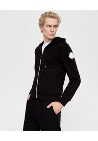 MONCLER - Czarna bluza z kapturem. Typ kołnierza: kaptur. Kolor: czarny. Materiał: jeans, bawełna. Wzór: aplikacja