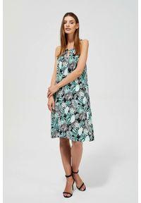 MOODO - Sukienka na ramiączkach z nadrukiem. Okazja: na co dzień, na plażę. Materiał: wiskoza. Długość rękawa: na ramiączkach. Wzór: nadruk. Typ sukienki: proste, trapezowe. Styl: casual