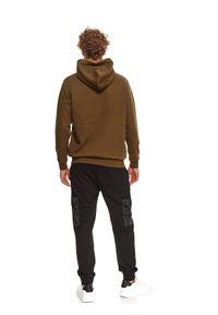 TOP SECRET - Bluza męska kangurka z kapturem. Typ kołnierza: kaptur. Kolor: zielony. Materiał: dzianina. Długość rękawa: długi rękaw. Długość: długie. Wzór: napisy. Sezon: zima #6