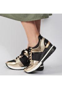Sneakersy półbuty damskie POTOCKI 12036 BK/GL. Kolor: złoty. Materiał: tkanina, skóra. Obcas: na koturnie. Styl: klasyczny. Wysokość obcasa: średni