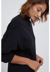 Calvin Klein Jeans - Sukienka bawełniana. Okazja: na co dzień. Typ kołnierza: kołnierzyk stójkowy. Kolor: czarny. Materiał: bawełna. Długość rękawa: długi rękaw. Wzór: nadruk. Typ sukienki: proste. Styl: casual