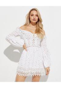 GADO GADO - Ażurowa sukienka mini. Kolor: biały. Materiał: koronka, bawełna. Wzór: ażurowy. Typ sukienki: z odkrytymi ramionami. Styl: boho. Długość: mini