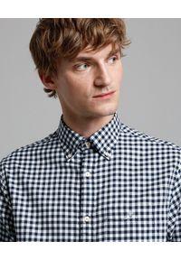 GANT - Błękitna koszula w kratę. Kolor: niebieski. Materiał: bawełna, dzianina. Długość rękawa: długi rękaw. Długość: długie. Wzór: haft. Styl: klasyczny, elegancki