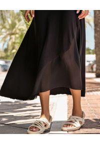 MOTIVE&MORE - Czarna sukienka Capri. Okazja: na co dzień. Kolor: czarny. Materiał: szyfon, bawełna, materiał. Wzór: aplikacja, ze splotem. Typ sukienki: proste, sportowe, z odkrytymi ramionami. Styl: etno, sportowy, klasyczny, casual, elegancki. Długość: maxi