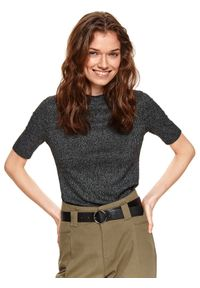 TOP SECRET - Prążkowana bluzka z krótkim rękawkiem. Okazja: na co dzień. Typ kołnierza: golf. Kolor: czarny. Materiał: prążkowany. Długość rękawa: krótki rękaw. Długość: krótkie. Sezon: wiosna. Styl: casual