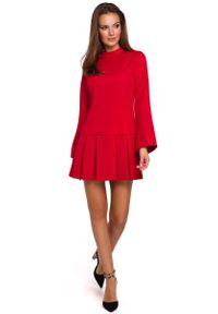 MAKEOVER - Czerwona Sukienka z Obniżoną Talią z Półgolfem. Kolor: czerwony. Materiał: poliester, elastan