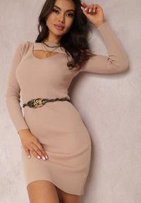 Renee - Beżowa Sukienka Hesiolea. Kolor: beżowy. Materiał: wiskoza, dzianina. Długość rękawa: długi rękaw. Wzór: prążki, aplikacja. Długość: mini