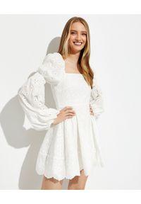 CAROLINE CONSTAS - Haftowana sukienka z bawełny Wren. Typ kołnierza: dekolt kwadratowy. Kolor: biały. Materiał: bawełna. Wzór: haft. Typ sukienki: dopasowane. Długość: mini