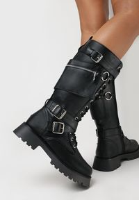 Born2be - Czarne Kozaki Faenophis. Wysokość cholewki: przed kolano. Nosek buta: okrągły. Zapięcie: pasek. Kolor: czarny. Materiał: skóra ekologiczna. Szerokość cholewki: normalna. Wzór: aplikacja. Styl: rockowy