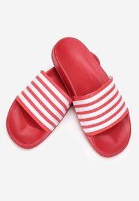 Born2be - Czerwone Klapki Sinanea. Okazja: na plażę. Nosek buta: okrągły. Kolor: czerwony. Materiał: jeans, guma. Sezon: lato. Obcas: na płaskiej podeszwie