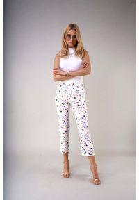 Białe spodnie z wysokim stanem Nommo w kolorowe wzory