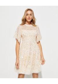 NEEDLE & THREAD - Błyszcząca sukienka Honesty Flower. Okazja: na ślub cywilny, na wesele, na imprezę. Kolor: beżowy. Materiał: tiul. Wzór: aplikacja, kwiaty. Styl: vintage