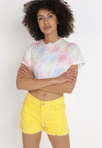 Born2be - Żółte Szorty Acseila. Stan: podwyższony. Kolor: żółty. Materiał: koronka. Wzór: aplikacja