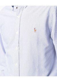 Ralph Lauren - RALPH LAUREN - Koszula w niebieskie prążki z logo. Typ kołnierza: polo, kołnierzyk klasyczny. Kolor: biały. Materiał: bawełna, prążkowany. Długość rękawa: długi rękaw. Długość: długie. Wzór: prążki. Styl: klasyczny