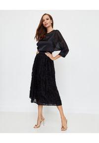 PESERICO - Czarna jedwabna spódnica z haftem. Stan: podwyższony. Kolor: czarny. Materiał: jedwab. Wzór: haft. Styl: elegancki, klasyczny