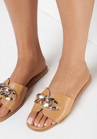Born2be - Camelowe Klapki Gwelloela. Nosek buta: otwarty. Materiał: skóra ekologiczna. Wzór: aplikacja. Obcas: na obcasie