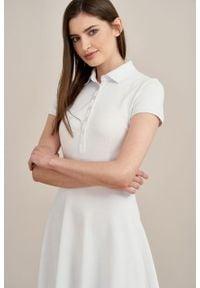 Marie Zélie - Sukienka Polo biała trapezowa krótki rękaw. Okazja: na co dzień, do pracy. Typ kołnierza: polo. Kolor: biały. Materiał: dzianina, materiał, bawełna. Długość rękawa: krótki rękaw. Typ sukienki: trapezowe. Styl: sportowy, klasyczny, wakacyjny, casual