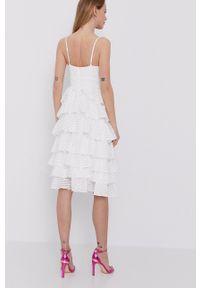BARDOT - Bardot - Sukienka. Kolor: biały. Materiał: materiał. Długość rękawa: na ramiączkach. Typ sukienki: rozkloszowane