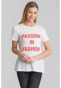 T-shirt Guess z okrągłym kołnierzem, z nadrukiem