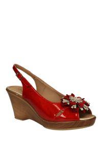 Czerwone sandały Pitillos eleganckie, w kolorowe wzory