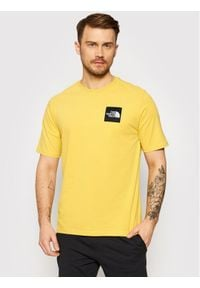 The North Face T-Shirt Masters Of Stone NF0A492IZBJ1 Żółty Regular Fit. Kolor: żółty