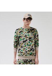 Cropp - Bluza z nadrukiem all over - Beżowy. Kolor: beżowy. Wzór: nadruk