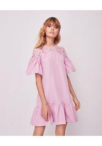 VALENTINO - Pudrowa sukienka babydoll. Okazja: na wesele, na ślub cywilny. Kolor: różowy, wielokolorowy, fioletowy. Materiał: koronka. Wzór: koronka, ażurowy, aplikacja. Typ sukienki: oversize, kopertowe. Długość: mini
