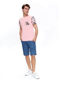 TOP SECRET - T-shirt z kieszonką i nadrukiem. Okazja: na co dzień. Kolor: różowy. Materiał: bawełna, dzianina. Długość rękawa: krótki rękaw. Długość: krótkie. Wzór: nadruk. Sezon: jesień, zima. Styl: elegancki, casual