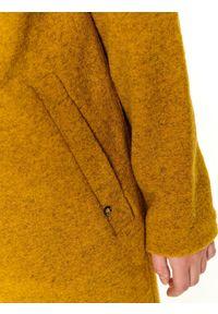 TOP SECRET - Wełniany płaszcz ze stójką. Typ kołnierza: kołnierzyk stójkowy. Kolor: żółty. Materiał: wełna. Długość: do kolan. Sezon: zima, jesień. Styl: elegancki #6