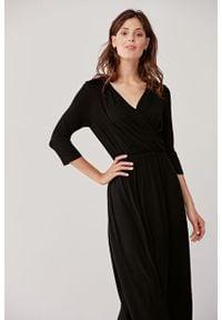 Marie Zélie - Sukienka Rita czarna. Typ kołnierza: dekolt kopertowy. Kolor: czarny. Materiał: dzianina, elastan, wiskoza, materiał, bawełna. Długość rękawa: krótki rękaw. Wzór: paski. Sezon: jesień. Typ sukienki: kopertowe, proste