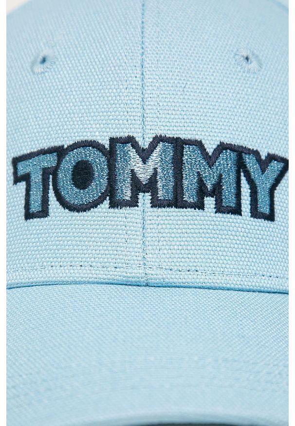 Niebieska czapka z daszkiem TOMMY HILFIGER z aplikacjami