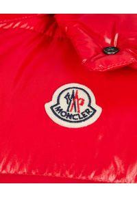 MONCLER - Czerwona kamizelka puchowa. Kolor: czerwony. Materiał: puch. Wzór: aplikacja