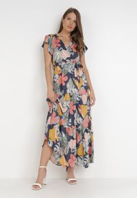 Born2be - Granatowa Sukienka Aelelsa. Kolor: niebieski. Materiał: tkanina, materiał. Długość rękawa: krótki rękaw. Wzór: kwiaty, aplikacja, kolorowy. Typ sukienki: kopertowe. Długość: maxi
