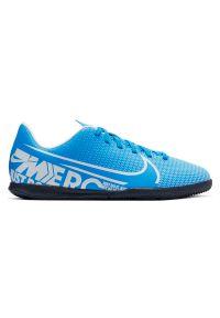 Buty dla dzieci do piłki nożnej Nike Mercurial Vapor 13 Club IN AT8169. Materiał: skóra, syntetyk. Szerokość cholewki: normalna. Sport: piłka nożna