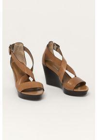 Brązowe sandały Wojas na koturnie, na średnim obcasie, na klamry