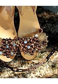 ELINA LINARDAKI - Sandały Misha z wiązaniem. Zapięcie: pasek. Kolor: złoty. Materiał: satyna. Wzór: aplikacja