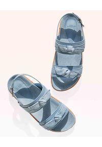 ALEXANDRE BIRMAN - Niebieskie sandały Clarita. Nosek buta: okrągły. Zapięcie: pasek. Kolor: niebieski. Wzór: aplikacja, paski. Sezon: lato. Styl: klasyczny