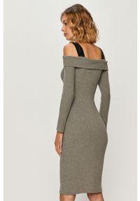 Szara sukienka Guess Jeans z dekoltem typu hiszpanka, midi, prosta