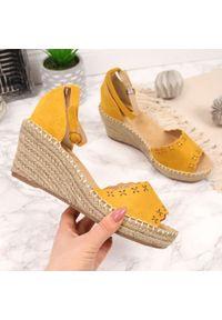 Sandały damskie espadryle na koturnie żółte eVento. Kolor: żółty. Materiał: zamsz. Obcas: na koturnie