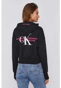 Calvin Klein Jeans - Bluza bawełniana. Typ kołnierza: kaptur. Kolor: czarny. Materiał: bawełna. Wzór: nadruk