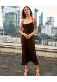 PAPROCKI&BRZOZOWSKI - Brązowa sukienka z jedwabnej satyny. Kolor: brązowy. Materiał: jedwab, satyna. Długość rękawa: na ramiączkach. Wzór: aplikacja. Długość: maxi