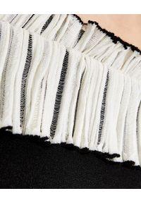 Alexander McQueen - ALEXANDER MCQUEEN - Czarna sukienka z dzianiny. Kolor: czarny. Materiał: dzianina. Wzór: aplikacja. Typ sukienki: z odkrytymi ramionami. Długość: midi