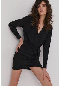 Answear Lab - Sukienka. Kolor: czarny. Materiał: tkanina. Długość rękawa: długi rękaw. Wzór: gładki. Typ sukienki: rozkloszowane. Styl: wakacyjny