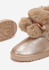 Born2be - Szampańskie Śniegowce Meridsyss. Nosek buta: okrągły. Kolor: złoty. Materiał: futro, materiał. Wzór: aplikacja
