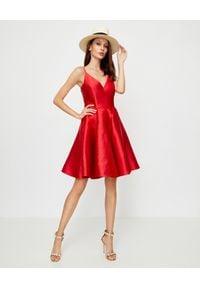 LA MANIA - Czerwona sukienka Jennifer. Kolor: czerwony. Materiał: materiał. Długość rękawa: na ramiączkach #3