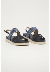 Niebieskie sandały Wrangler na niskim obcasie, na klamry
