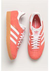 Różowe buty sportowe adidas Originals na sznurówki, z okrągłym noskiem, z cholewką